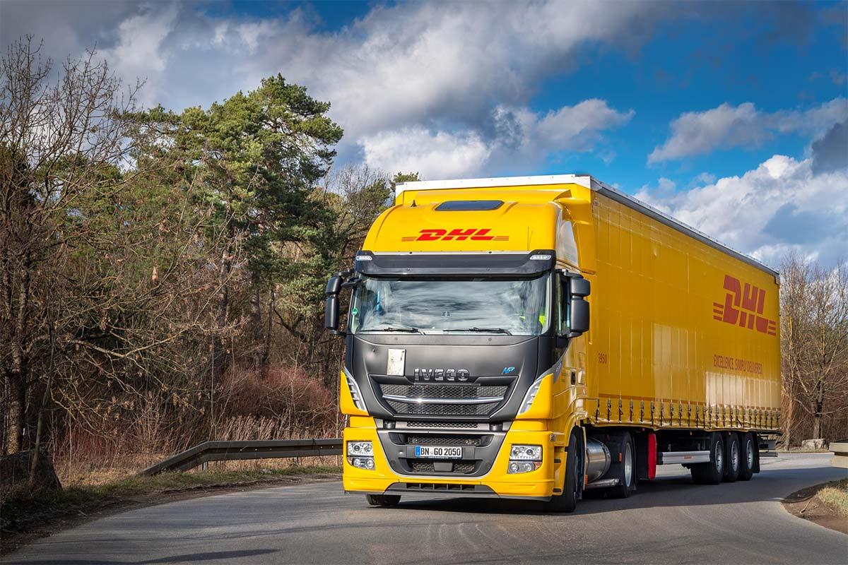 DHL expérimente en Allemagne un camion GNL attelé à une remorque grande capacité