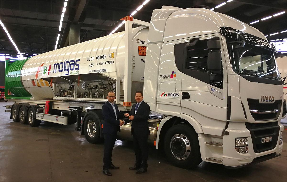 Iveco livre ses premiers Stralis GNV ADR à Molgas Energie